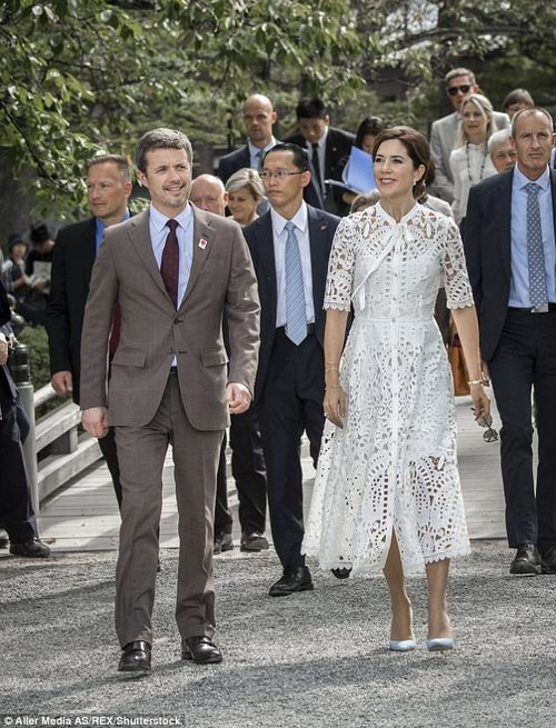 The royal couple toured the garden following a breakfast meeting with the Kanazawa City Deputy Mayor