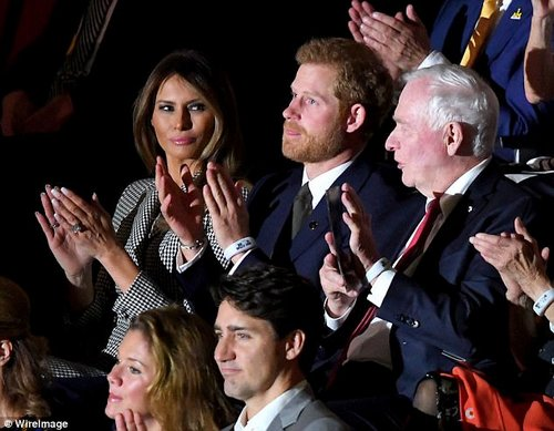 Melania claps at the Invictus Games in Toronot along with Justin Trudeau (below her), his wife Sophie Gregorie (to his left) and the English Prince Harry (to Melania's right)