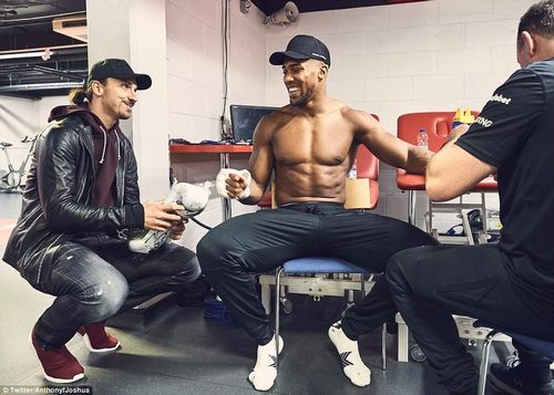 Joshua received a visit from none other than Zlatan Ibrahimovic while taping up his hands ahead of the ring walk