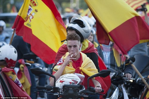 Yesterday afternoon unionists honked their horns and sang pro-Spanish songs in the first significant anti-separatist protest since independence was declared last night and Madrid took over direct control of the Catalan government