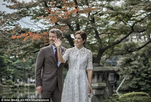 The Crown Princess waves to wellwishers while enjoying a tour of the traditional Japanese garden