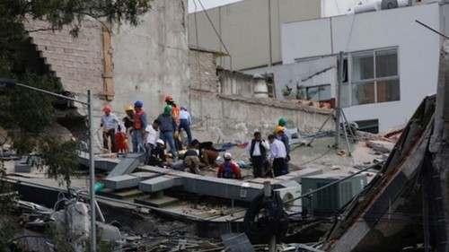 People clear rubble after an earthquake hit Mexico City, Mexico September 19, 2017. REUTERS/Carlos Jasso - RC1576BC6700
