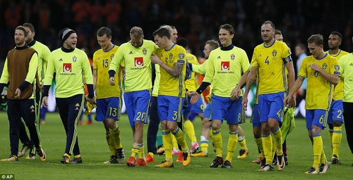 Sweden, despite the defeat, celebrate as they qualify for a play-off spot through a superior goal difference