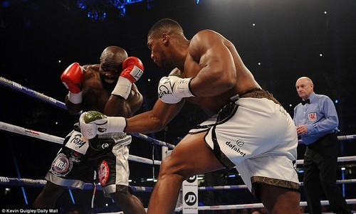 Joshua took to the opening rounds with a conservative approach, sensing out his opponent Takam in the early stages