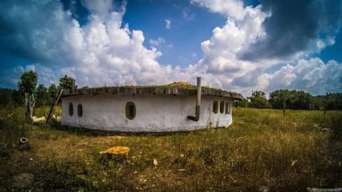 Крыша дома плоская и поросшая травой.