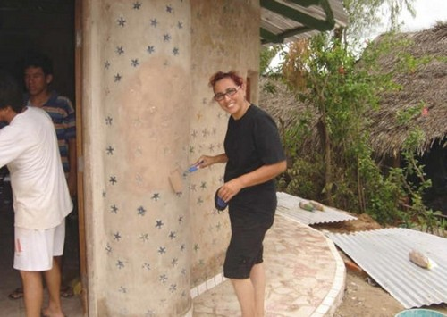 Хозяйка дома за штукатуркой стен.