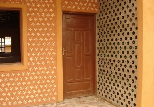 Декор стен бутылочного дома.