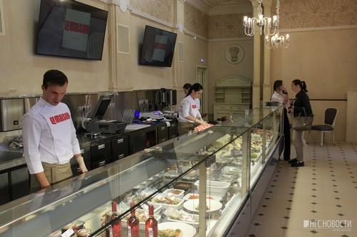 Большой зал ресторана превратился в магазин готовой еды