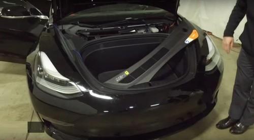 На новой машине уже отпадают некоторые детали. | Фото: cheatsheet.com.