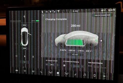 Неисправный сенсорный экран Tesla Model 3. | Фото: cheatsheet.com.