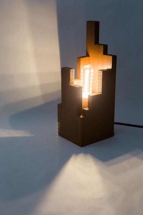 Светильник, который смотрится колоритно в современном интерьере.