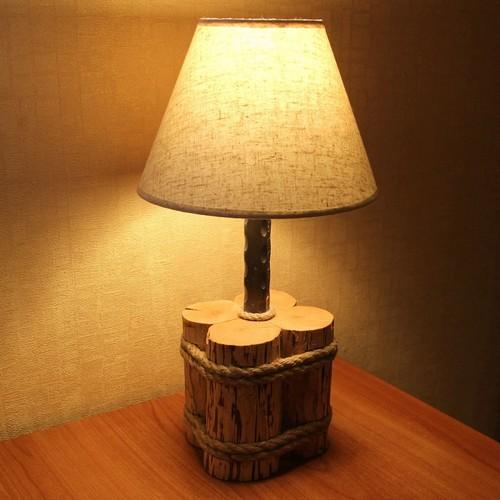 Из древесины можно сделать необычное основание для настольного светильника.