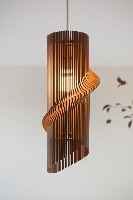 Свободная и необычная геометрическая форма деревянного светильника, который сразу привлечёт к себе внимание гостей.