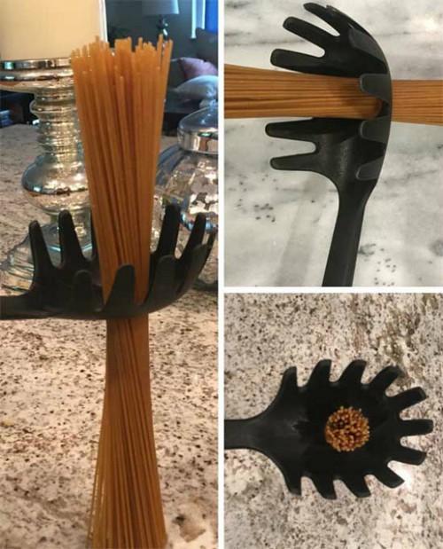 Отверстие в ложке для спагетти.