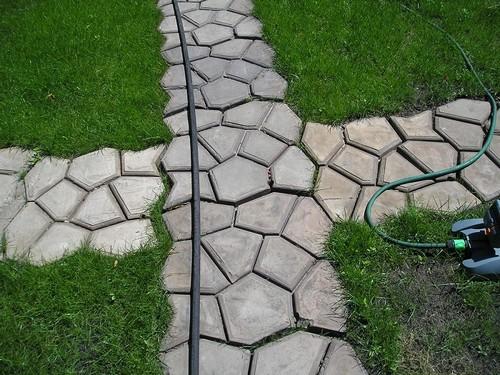 Многие дачники строят прочные монолитные бетонные дорожки, которые идеально вписываются в ландшафтный дизайн участка.