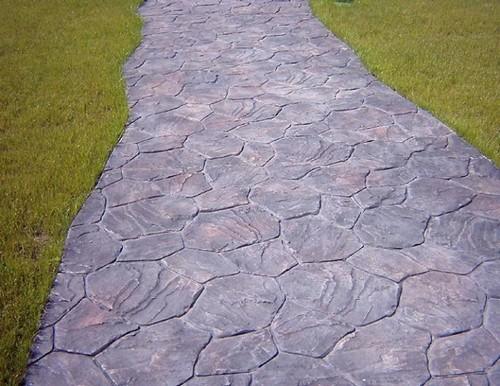 Самую долговечную пешеходную дорожку можно создать из бетонных плит.