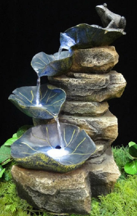Мини-фонтан можно дополнить небольшой скульптурой лягушки.