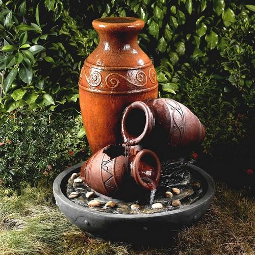 Каскадный фонтан из амфор на дачном участке отлично дополнит ландшафтный дизайн.