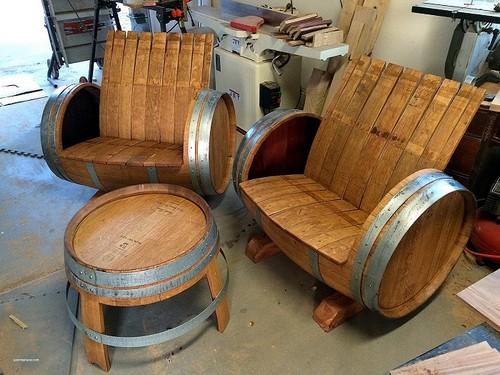 Из старых деревянных бочек можно соорудить уникальную дизайнерскую мебель.