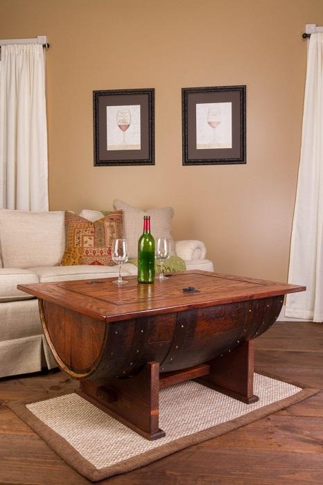 Из старой винной бочки и досок можно создать оригинального вида журнальный столик.
