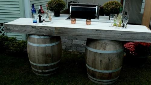 Обеденный столик из двух деревянных бочек - фантастическая идея для современного дачного участка.