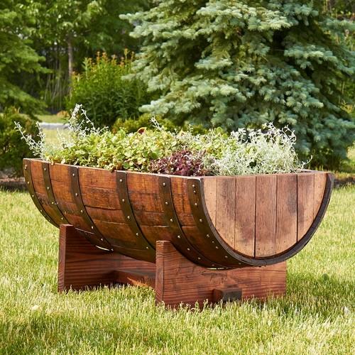 Мобильная грядка из дубовой бочки, как элемент ландшафтного дизайна садового участка.