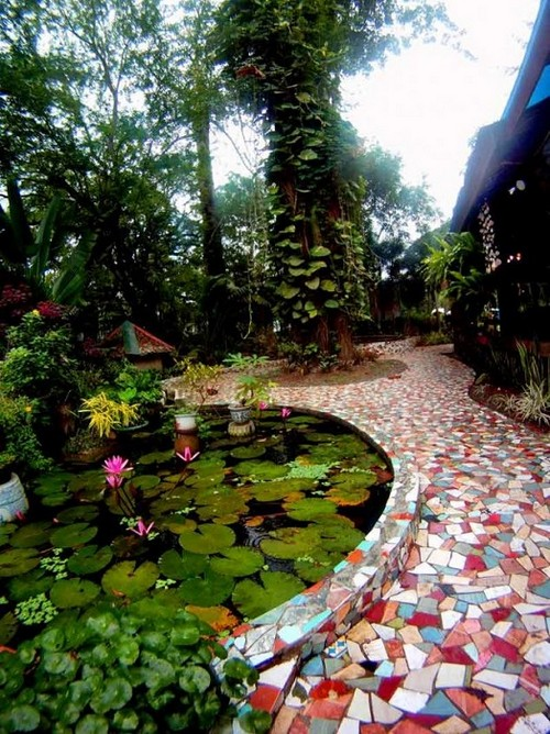 Оригинальная садовая дорожка, украшенная сюжетной мозаикой из разноцветной битой плитки.