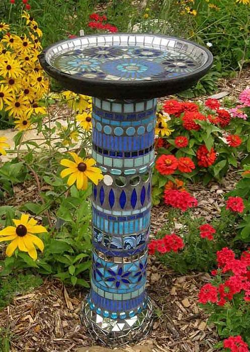 Фонтан, украшенный мозаикой в традиционном римском стиле.