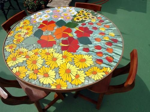 Красочный журнальный столик, декорированный яркой мозаикой.