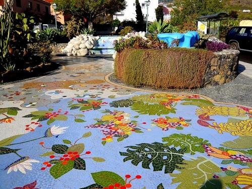 Яркая мозаичная садовая дорожка, которая никогда не перестанет поражать своей красотой.