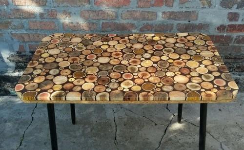 Из срубов недорогой древесины можно сделать журнальный столик, который будет смотреться стильно и современно.