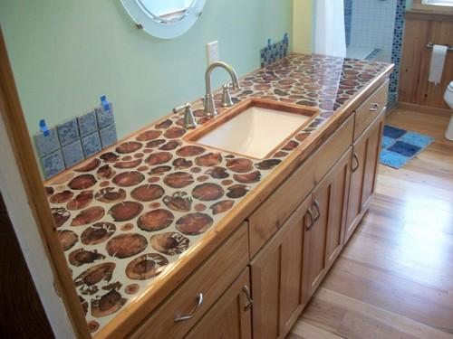 Множество горизонтальных округлых спилов древесины активно используются в качестве декора мебели.