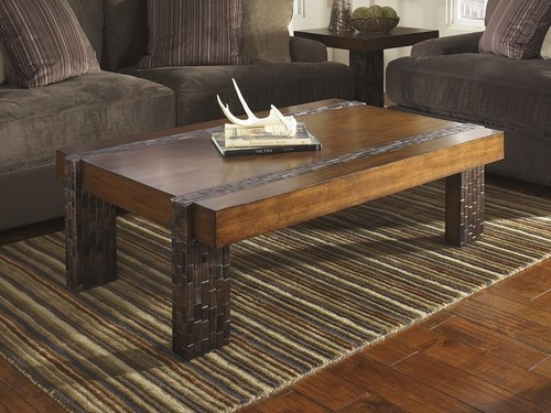 Журнальный столик из натуральной тёмной породы древесины.