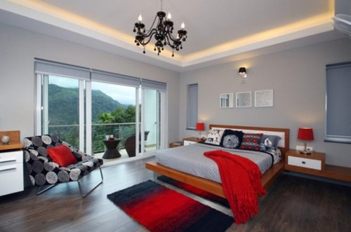 Аксессуары красного цвета – яркий элемент декора в белой спальне.