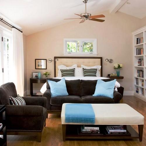 Сочетание светло-бежевых стен с тёмной мебелью в спальне.
