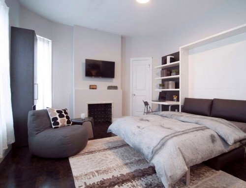 Если ширина комнаты позволяет, то шкаф со встроенной кроватью отлично впишется и вдоль большей стены, главное лишь правильно рассчитать, сколько места будут занимать другие желаемые предметы мебели.