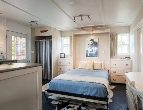 В том и другом случае кровать занимает минимальное количество пространства, освобождая место для свободного перемещения по комнате.