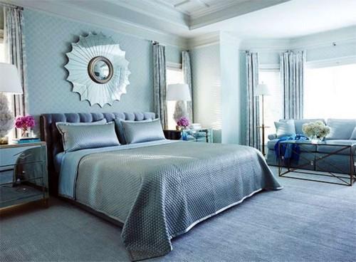 Классический интерьер спальни в голубых тонах.