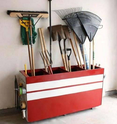 Подставка для садового инвентаря.
