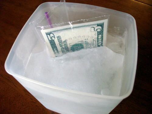 Деньги в глыбе льда.
