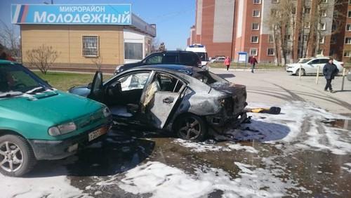 Машина загорелась во время движения -почувствовавшая это водитель свернула на парковку