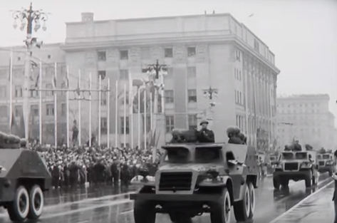 В видеоролике современные кадры с Дня Победы перемежаются с архивными