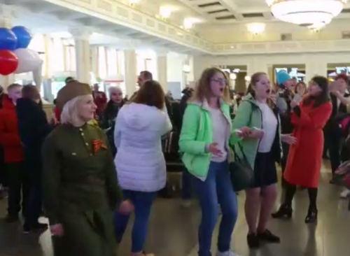 Пассажиры вокзала Новосибирск-Главный спели «Смуглянку» и «Катюшу»