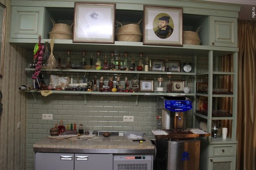 Кроме магазина в «Шоколадном доме» есть комната для экскурсий, где рассказывается история шоколада в целом и династии Бриль - в частности