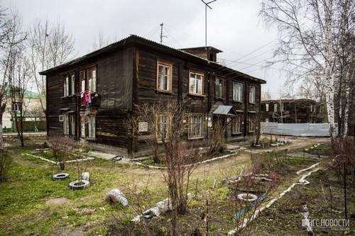 В большинстве домов ещё живут люди, но ветхие бараки активно расселяют