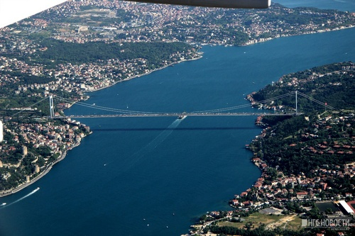The bridge of the Sultan Mehmed Fatih, under which the participants had to go