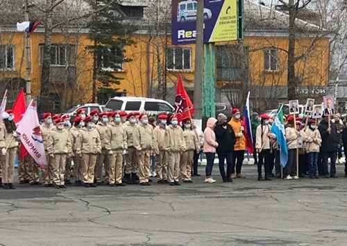 Siberian Schoolchildren Celebrate 'Putin Era' With Portrait Procession